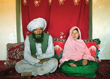 Una bambina con suo marito-padrone